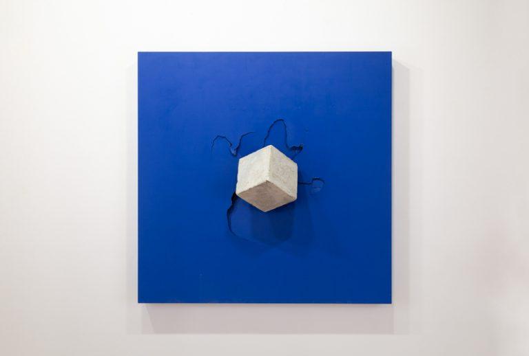Impactos Azul 2  Formigó, fusta i pintura,  121 x 121 x 35 cm, 2018. Col·lecció Fundació Marguerida de Montferrato
