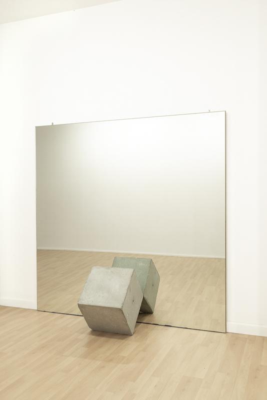 Reflejos  Vidre mirall i formigó, 190 x 190 x 57 cm, 2018