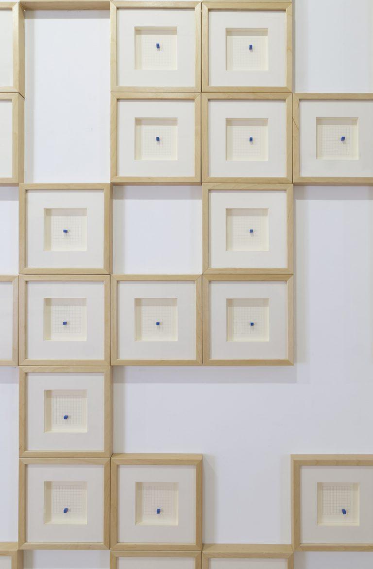Construcción imposible  Llapis sobre paper i 100 peces de Lego emmarcades individualment, Mesures variables, 2018